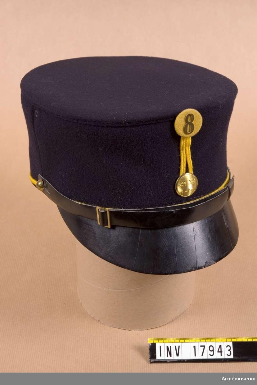 Grupp C I. Ur uniform för manskap vid Bohuslän regemente bestående av 1) vapenrock, 2) kappa, 3) långbyxor, 4) mössa.  Med kompanimärke m/1899.