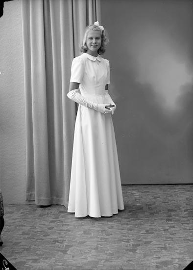 """Enligt fotografens journal nr 7 1944-1950: """"Strandberg, Fr. Birgit Här""""."""