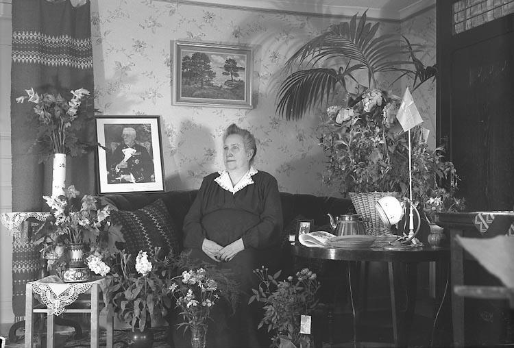 "Enligt fotografens journal nr 7 1944-1950: ""Andersson, Fru Charlotta, Linneaboden 70 år""."
