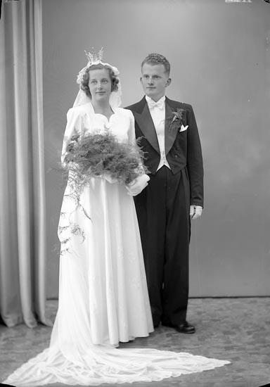 """Enligt fotografens journal nr 7 1944-1950: """"Wallström, Brudp. Lennart, Ödsmål""""."""