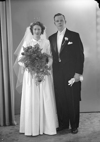 """Enligt fotografens journal nr 7 1944-1950: """"Hedegärd, Brudpar Glasmästareg. 11 A Gbg""""."""