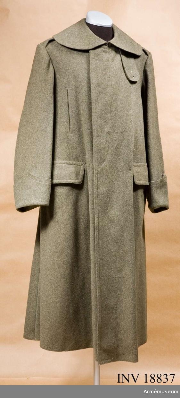 """Grupp C I. Kappa m/1915 för kavalleri eller artilleri, Italien. Av kakifärgat kläde. Enknappradig (på höger sida) med 4 kakifärgade benknappar, som knäppes inuti. Baktill finns en slits, som knäppes med två knappar och i livet en slejf, som knäppes till 2 knappar. På sidorna finns två rakskurna fickor med lock (fyrkantiga) och hål för sabelhandtaget. Axelklaffar av samma kläde, 13 cm lång och 6 cm bred. Axelklaffarna fast- sydda vid ärmsömmarna och fästade vid rocken med knappar,foder av bomullstyg. På ryggen finns stämplar: """"Talia 25"""", """"1920"""", """"torino"""". Knappar, kakifärgade av ben: 4 på bröstet, 2 på slejfen, 2 på axelklaffarna. Krage, liggande, med avrundade ändar av samma kläde med hyska och hake. På kragens båda ändar finns femuddig stjärna av vitt kläde- menigs känneteckensmärke (för officer stjärnor av vit metall.) På undre högra sidan en slejf, fästad med tvenne knappar; på högra sidan en knapp. Ärmuppslag av samma kläden i vinkelform och öppna uppslag, som knäppes med en knapp. LITT  Handbuch der Uniformkunde. Professor Richard Knötel, Hamburg 1937. Sida 234, 235. År 1908 provades khakifärgade uniformer och år 1915 infördes det i italienska armén. Arméen Album II. Die grauen felduniformen der italienischen Armee. Verlag von M.Ruhl. Aktiva officerare och meniga har femuddiga stjärnor på kragen. (meniga av vitt kläde och officerarna av vit metall).Enl Granberg 1950."""