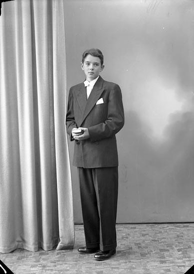 """Enligt fotografens journal nr 7 1944-1950: """"Larsson, Sven-Ivar Kyrkenorum Här""""."""