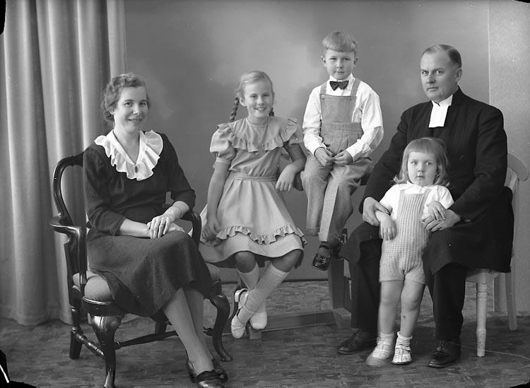 """Enligt fotografens journal nr 7 1944-1950: """"Berntsson, Komminister Josua Långeland""""."""
