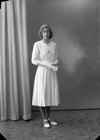"""Enligt fotografens journal nr 8 1951-1957: """"Olsson, Fr. Anita, Sjövik, Stillingsön""""."""