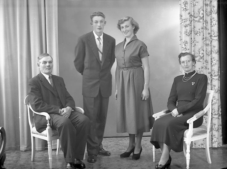 """Enligt fotografens journal nr 8 1951-1957: """"Svensson, Herr Algot, Kyrkeby, Jörlanda""""."""