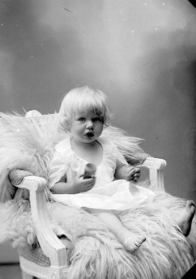 """Enligt fotografens journal nr 6 1930-1943: """"Olsson, Fru Emmy Blixeröd, Stenungsund""""."""