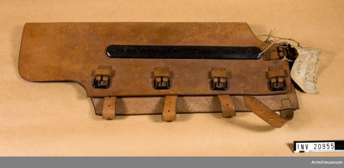 Grupp C I Av ljusbrun färg till H fot, med 4 remmar och spännen att fäste benlädret vid benet. På underkanten finns rem och spännen för att fästa detsamma vid foten. På höger sida  av benlädret är en järnskena fästad, l:330 mm, b: 30 mm; målad i svart färg.Tillstånd 1948-01-30: gott.