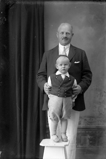 """Enligt fotografens journal Lyckorna 1909-1918: """"Grosshandlare Broms Lyckorna""""."""