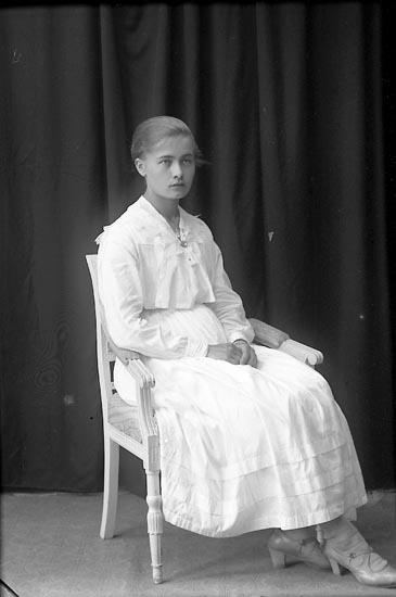 "Enligt fotografens journal Lyckorna 1909-1918: ""Ester Johansson Skällebred Ljungskile""."
