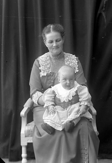 "Enligt fotografens journal nr 2 1909-1915: ""Ahlberg, Fru Salteriet""."