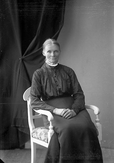 """Enligt fotografens journal nr 4 1918-1922: """"Eliasson, Augusta, St. Askerön Här""""."""
