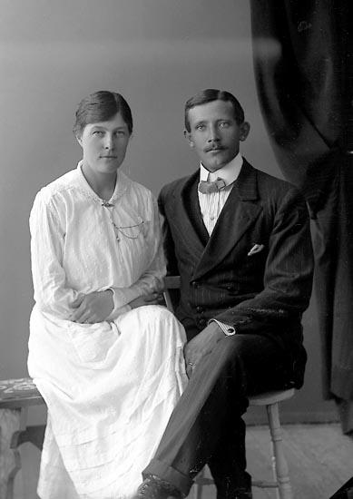 """Enligt fotografens journal nr 4 1918-1922: """"Holmberg, Andreas Här""""."""
