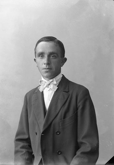"""Enligt fotografens journal nr 4 1918-1922: """"Wallin, Anders Här""""."""