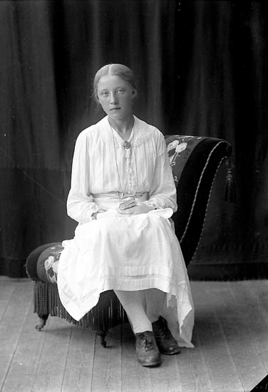 """Enligt fotografens journal nr 4 1918-1922: """"Andersson, Rut Tönsäng, Höviksnäs""""."""