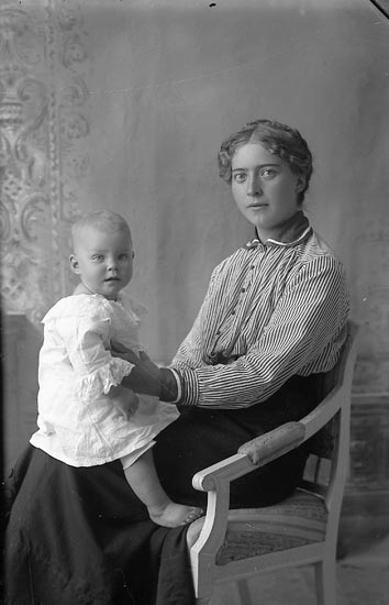 "Enligt fotografens journal Lyckorna 1909-1918: ""Johansson, Anna Ljung, L-na""."