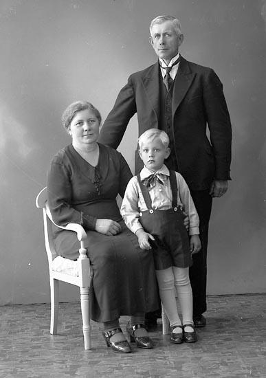 """Enligt fotografens journal nr 6 1930-1943: """"Karlsson, Oskar Varvet Här""""."""