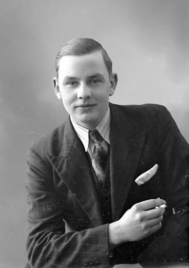 """Enligt fotografens journal nr 6 1930-1943: """"Svensson, Allan Myren, Spekeröd """"."""