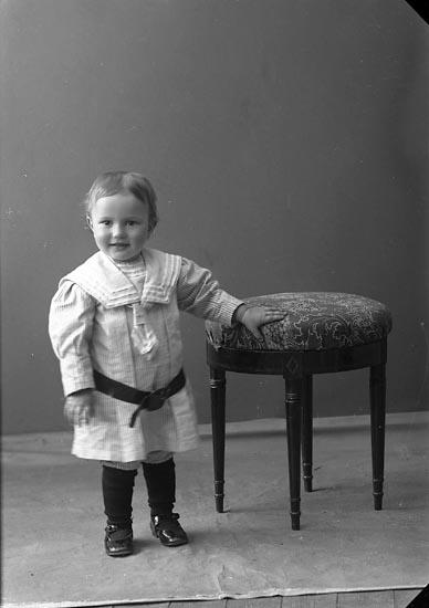 "Enligt fotografens journal nr 2 1909-1915: ""Johansson, Mathilda, Östra Röd Hjälteby gosse""."