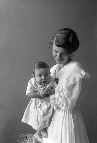"""Enligt fotografens journal nr 3 1916-1917: """"Traneus, Fru Här""""."""