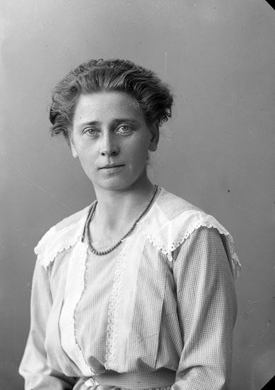 """Enligt fotografens journal nr 4 1918-1922: """"Müller, Fr. Ön""""."""