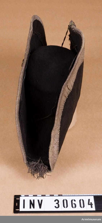 Grupp C I. Svart hatt med silverband.