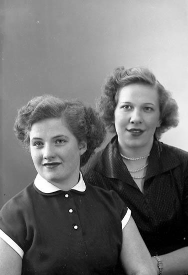 """Enligt fotografens journal nr 8 1951-1957: """"Olsson, Vivan o Alva Isaksson Solgården""""."""