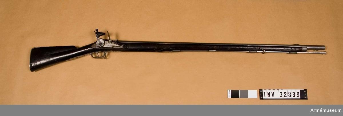 """Grupp E II. Loppets relativa l:54,7 kal. Märkt """"Systerbeek 1737"""". På kolven en vapenplåt med ryska örnen och namnchiffer A. I. 1730-1740. (A. I. Anna Iwanowna). Geväret är avsett för bajonett."""