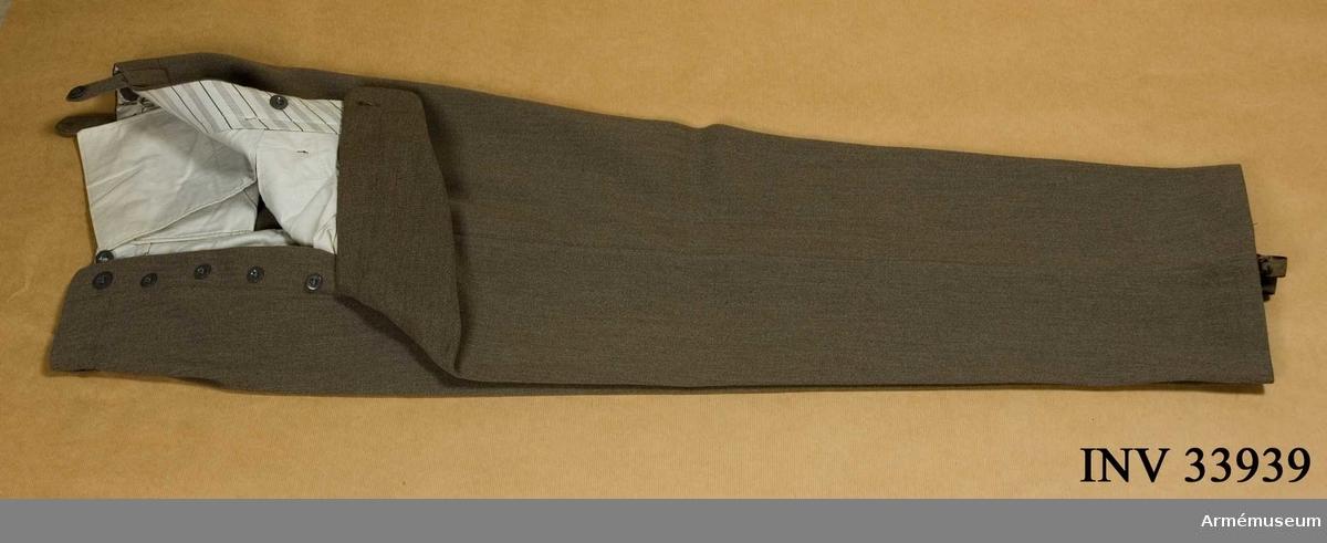 Grupp C I. Uniform bestånde av vapenrock, långbyxor, mössa, nationalitetsmärke. Buren av ryttmästare John Andrén, f.1879, d.1966.