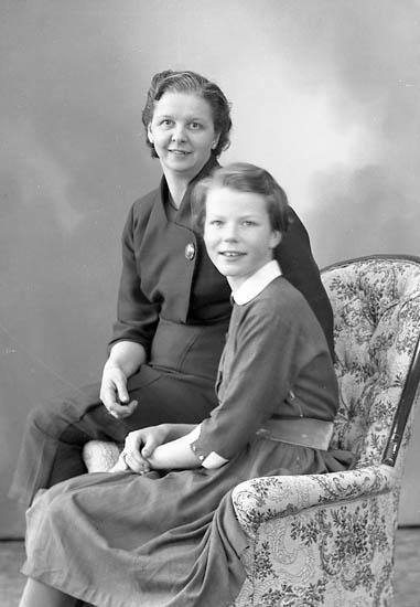 """Enligt fotografens journal nr 8 1951-1957: """"Bjurmalm, Fru Birgit o Kirsti Hellandsjö Ytterby""""."""