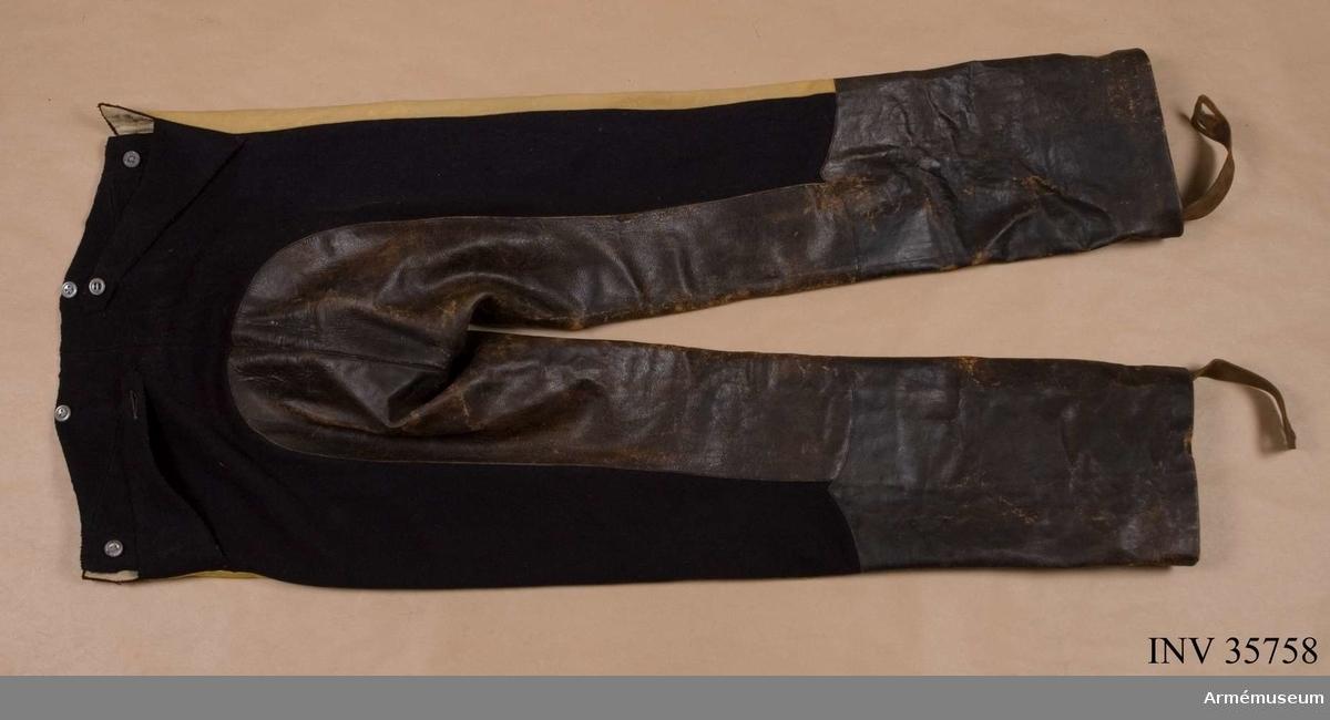 Grupp C I.   Byxor enligt äldre uppställning. Ur uniform för manskap vid Skånska dragonregementet, 1925-49.  Består av jacka, byxor, skärp, kask, fodermössa, spännhalsduk, handskar, stövlar, sporrar, kartusch, kartuschrem, sabelkoppel, sabelhandrem, sabelkaska.