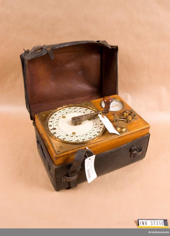 """Grupp H I.  Visartelegraf i trälåda utan lock. Sändare med handvev och induktionsapparat. Mottagare med visarinstrument och polariserad magnet. Strömledare med åskskydd och omkopplare (docka).  Telegrafapparaten bygger på """"steg för steg""""-principen på elektriska urkonstruktioner och består av sändare och mottagare monterad i eklåda som förvaras i läderfodral. Sändaren är en """"nedväxlad"""" vevinduktor med 14 st raka stålmagneter.  Rotorn är utväxlad så att den rör sig ett halvt varv vid ett stegs förflyttning av """"sändarveven"""". De pulserande strömstötar som därvid uppstår överföres till mottagarens elektromagnet, vars ankare genom en steghake flyttar fram en utväxlad visare.   Telegrafen användes på försök under senare delen av 1800-talet, men kom snart ut bruk emedan den var ömtålig för transporter.  Troligen var den inte särskilt tillförlitlig då synkroniseringen ej finns. Dessutom var den ganska långsam att telegrafera med."""