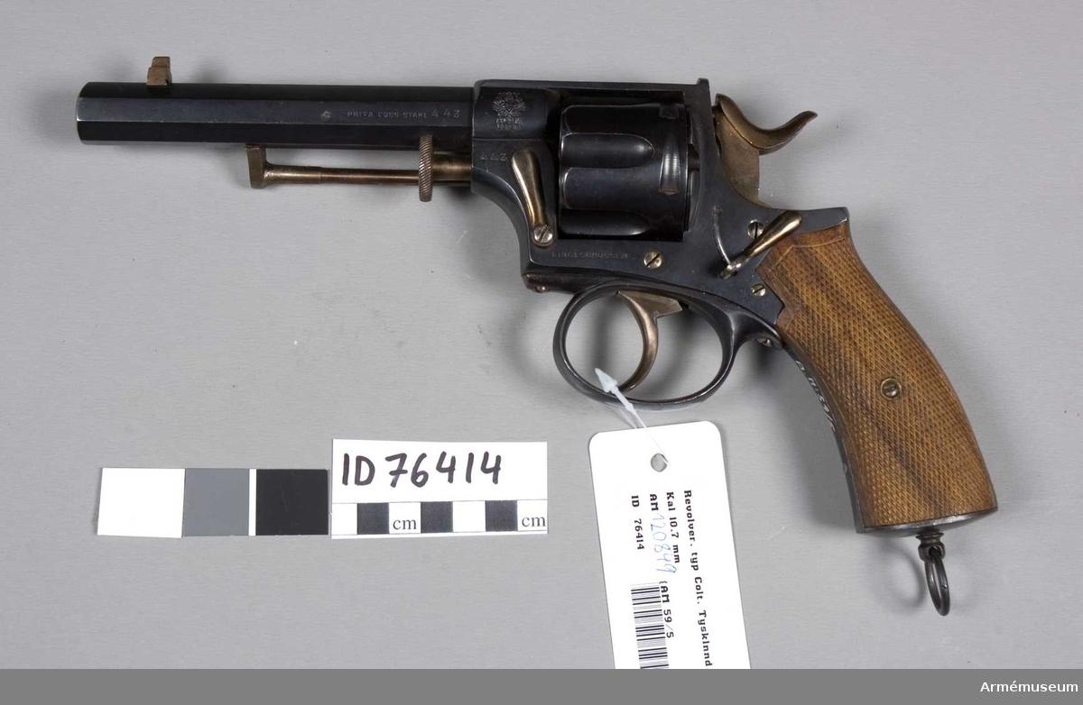 """Grupp E III. Revolvern är blånerad och har kolvskenor av brun, räfflad valnöt. Pipan är 14,6 cm lång och är till tolv cm från mynningen sjukantig med en smal rygg på översidan. På vapnets högra sida står: """"Prima Guss-stahl 4 43"""", en stämpel med en krönt och bevingad sköld, under vilken står: """"H M Berlin"""" samt nedanför trumman står: """"Eingeschossen.""""  Samhörande hölster."""
