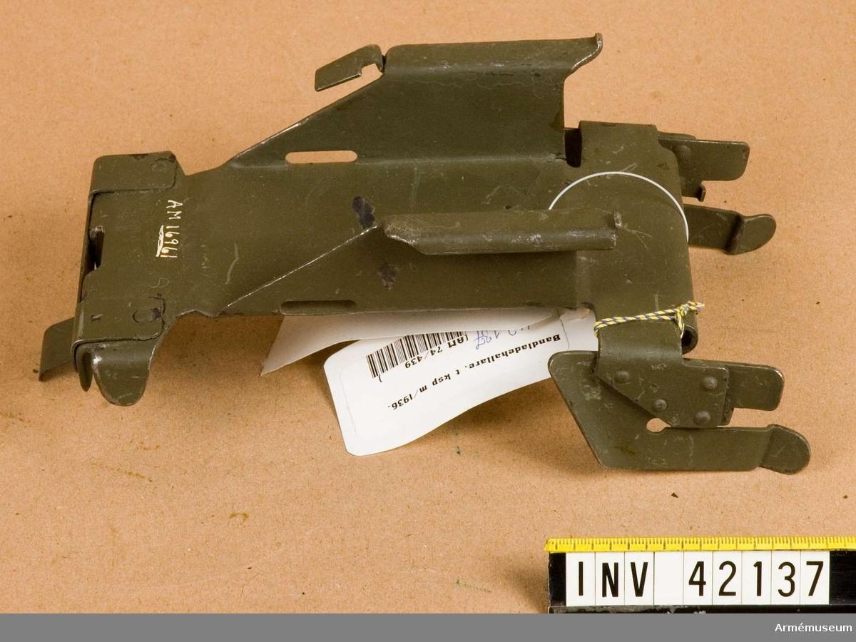 Grupp E IV. Samhörande till kulsprutan finns lavett, bandlådehållare, två bärhandtag, riktmärke med tillbehör, ångslang, åtta bandlådor, vattenlåda, reservpipa i fodral, fyra reservpipor i trälåda, reservdelslåda och manteltätare.