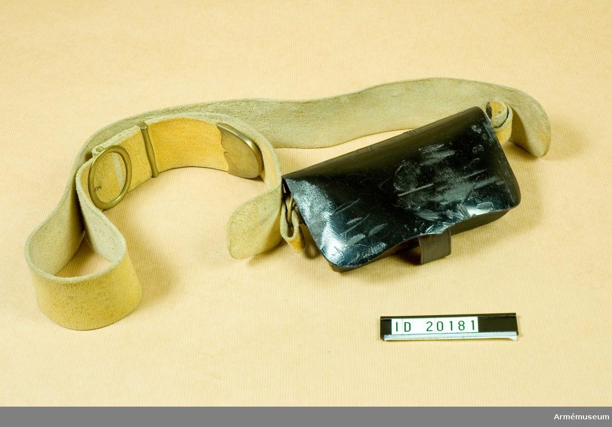 Grupp C I. Ur paraduniform för manskap vid Svea artilleriregemente 1845-73. Består av vapenrock, byxor, kask, stövlar, sporrar, handskar, halsduk, kartusch, kartuschrem, sabelkoppel, sabelhandrem.