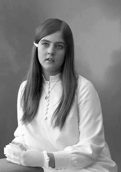 """Enligt fotografens journal: """"Fröken Pia Roos, Lilla Doterödsvägen 14 Stenungsund""""."""