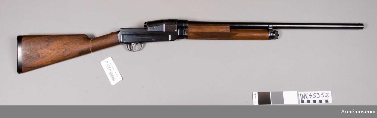 """Grupp E IV e. Automatiskt hagelgevär enligt Sjögrens system. Kaliber 12 mm. Tillverkningsnummer 319 (4038 mekanism). Pipan märkt: S med en """"  krona""""  cyl 319.Patent."""