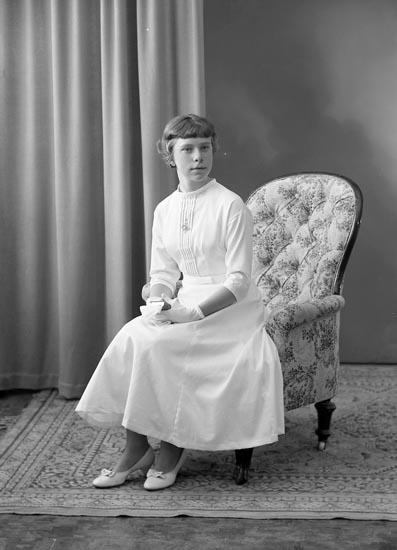 "Enligt fotografens journal nr 8 1951-1957: ""Carlsson, Kerstin Stenungsund""."