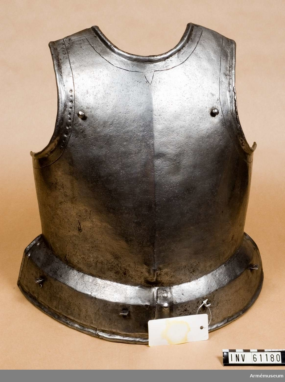 Grupp D IV.                 Pikenerarutrustningen består av bröstharnesk, ryggharnesk,  lårskenor, hjälm.