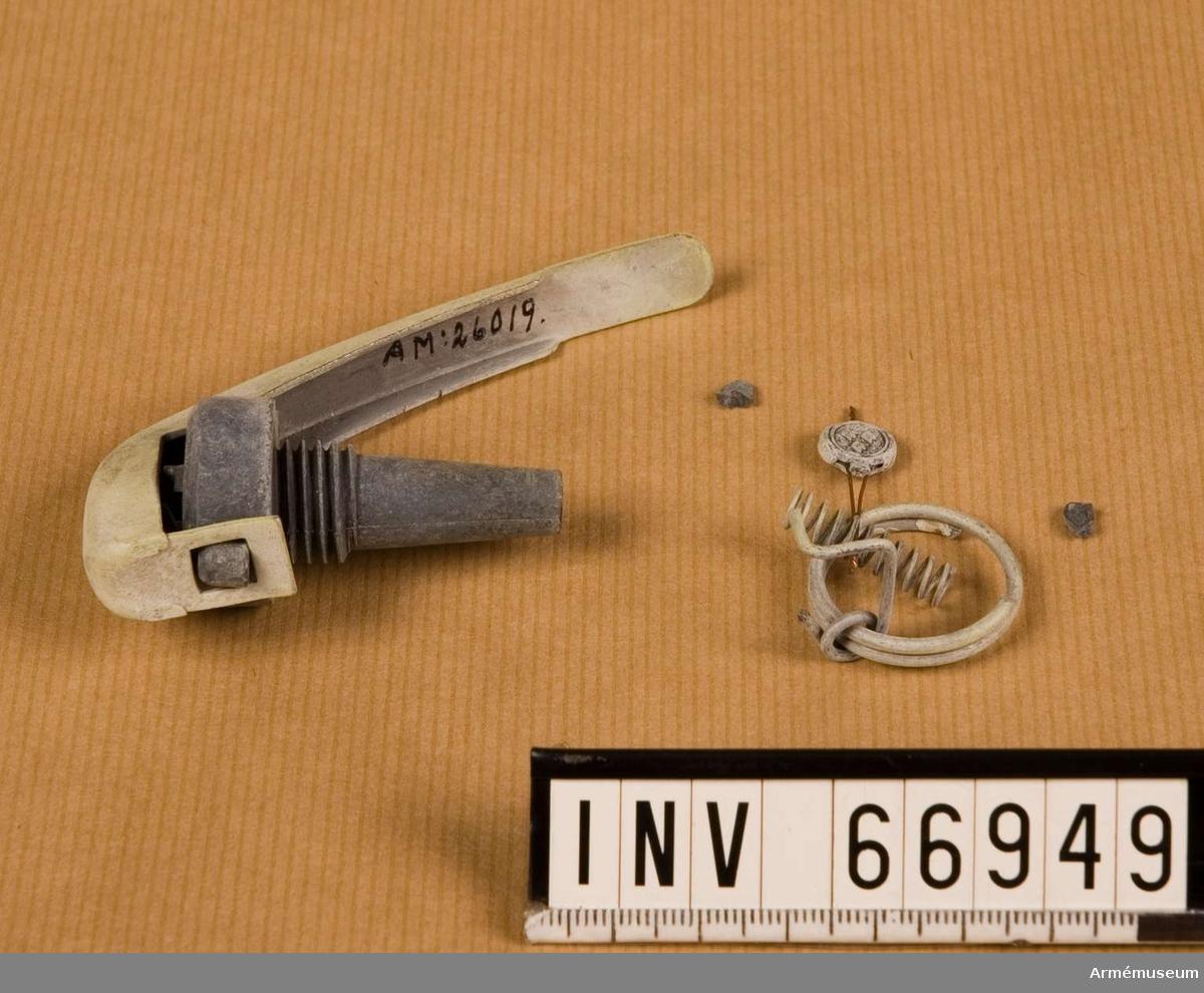 Grupp F II.  Tändrör till rökhandgranat m/1937. Komplett med säkringsgrepe och säkringssprint m m.