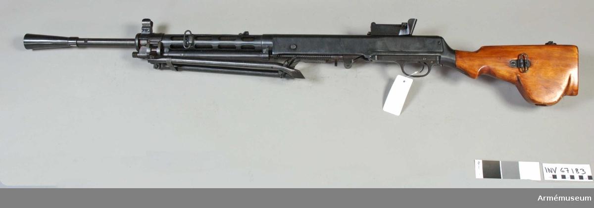 """Kulsprutegevär m/1927 (""""1938""""). System Tegtjarev (Kjellman Frijberg), Ryssland. Tillverkningsnr XX164. Pipans längd med flamdämpare 710 mm. Märkt två korslagda hammare. Vapnet är obrukbart, uppborrat hål i pipan. Givare Sovjetiska arméns centralmuseum. För utförlig beskrivning se invnr 8322."""