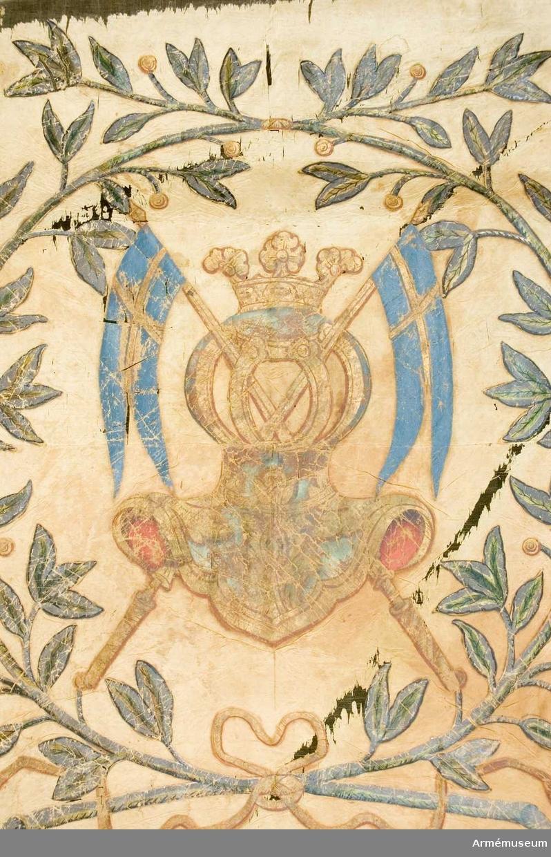 Duk: Tillverkad av enkel, ursprungligen röd taft. Två horisontella våder. Duken fäst med en rad tennlikor på ett 1,8 cm brett band.  Dekor:  Målad, lika på båda sidor. Södra Finlands sköldemärke: tornérhjälm i silver och blått, sirad med guld, krönt med gyllene öppen krona. Bakom hjälmen två korsade banér med gyllene stänger och tvekluvna blå dukar med guldkors. Det hela omgivet av lagerkrans, bildad av två kvistar i silver och grönt, med blad och gyllene bär, Upptill omknutna med ett omslag, nedtill med en rosett med långa tofsprydda ändar i guld.  Stång: Tillverkad av blåmåladfuru, avsågad. Holk av förgylld mässing. Spets saknas.