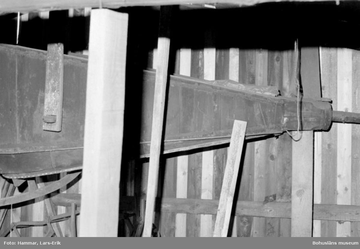 """Motivbeskrivning: """"F.d varv i Skredsvik, interiör från smedjan. Blåsbälg."""" Datum: 19800717"""