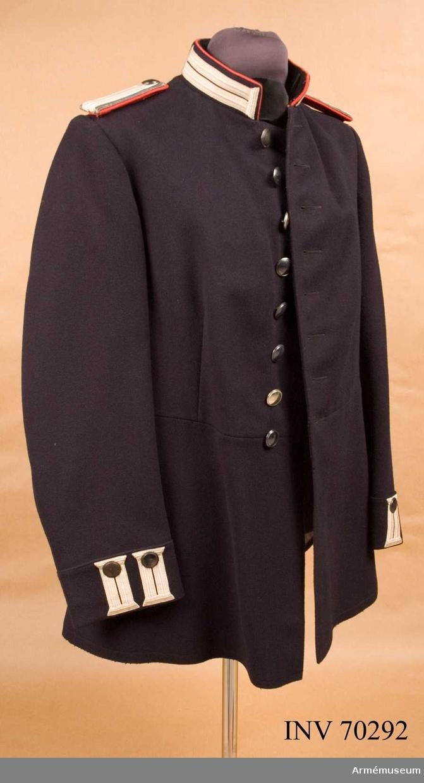 Grupp C.1.  Ändringsmodell på vapenrock m/1923 för sergeanter vid intendenturkåren.