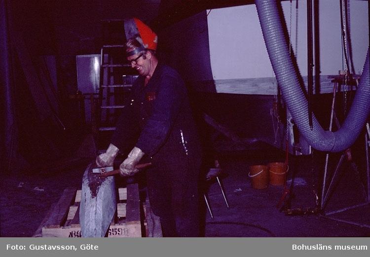 """Motivbeskrivning: """"Gullmarsvarvet, Lysekil. Bild från B-hallen. (fotograf: Göte Gustavsson)."""" """"På bilden syns Eskil Torstensson."""" Datum: 1980-10-30."""