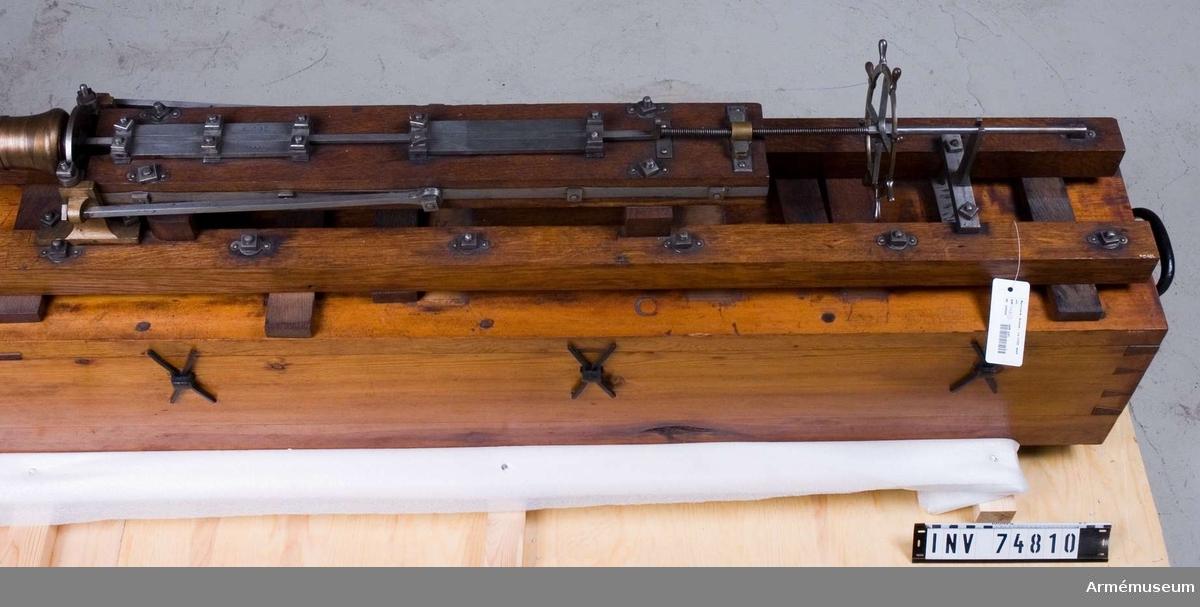 Grupp F V.  Horisontalt borrverk för kanonen  inrättat för vattenkraft, konstruerat av överdirektören för styckegjutningen i Sverige, G. Meyer, vid medlet av 1700-talet