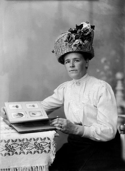 """Enligt noteringar: """"Fru Antonsson, maka till trädgårdsmästaren på Torreby. Hon skötte även om slottet åt grosshandlare Sörensen."""" (BJ)"""