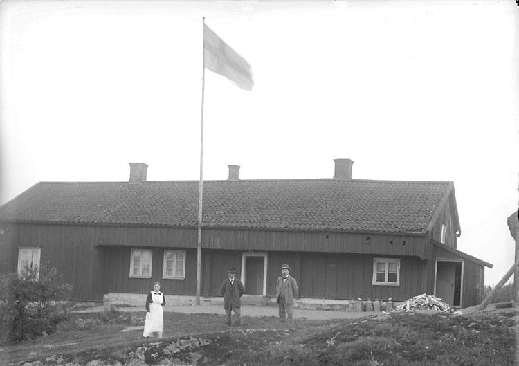 """Enligt noteringar: """"5 oktober 1920. Arrendator Ernst Lyckert beställde bilden. Manbyggnaden troligen Bohusläns äldsta. Den är omnämnd i husesynsprotokoll 1733,  men är förmodligen ännu äldre. Har varit kronogård och mönsterskrivarboställe.  Senare friköpt och brukas nu av Sören och Evert Olsson."""" (BJ)"""