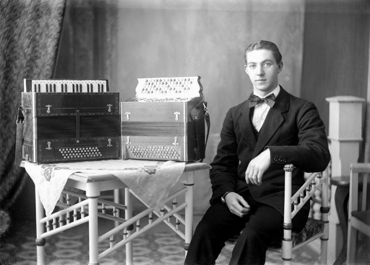 """Enligt senare noteringar: """"Erik Karlsson, 'Spel-Erik'. Han var anställd på Munkedals bruk som fabriksarbetare hela sitt yrkesliv.  Som amatörmusiker hade han orkester på 1930-talet. Han gav musiklektioner under många år och var ofta anlitad som spelman på såväl dansbanor som kalas."""" (BJ)"""