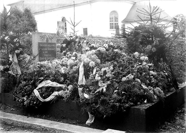 """Enligt senare noteringar: """"Hemmansägaren Johannes Sohlbergs familjegrav på kyrkogården i Foss. Blomstergården tyder på att gravsättning av familjemedlem skett."""" (BJ)"""